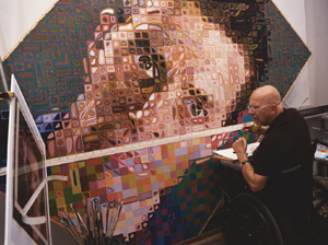 Chuck Close, at work on a portrait of Siena in 2002. When he was starting out in New York, Siena went to Close for practical guidance on issues such as how to deal with galleries and make ends meet.