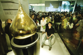 "Visitors to EXPO 2010 in Shanghai last year lined up to experience Federico Dí­az's LacrimAu. One person at a time entered a glass cube and sat in a chair facing a golden teardrop, donning a headband with sensors that read his or her brain waves and translated them into a personal ""golden fragrance,"" blended in an automatic pipette station."