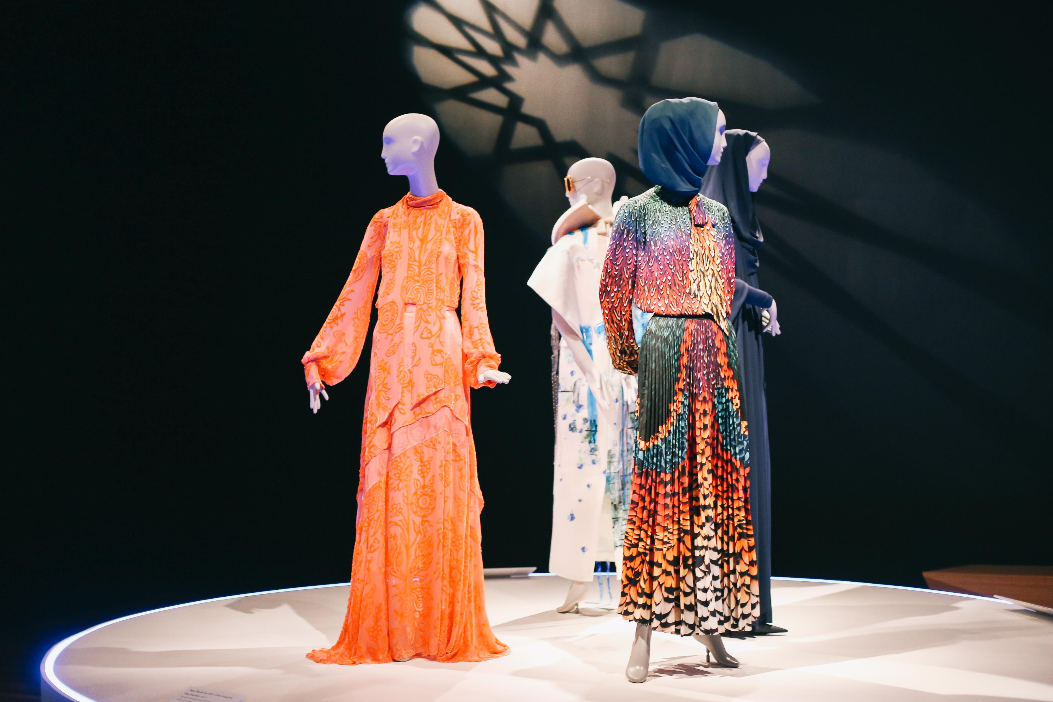 Conversation Piece San Francisco S De Young Museum Celebrates Contemporary Muslim Fashions Artnews Com