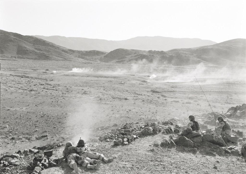 An-My Lê, 'Infantry Platoon (Machine Gunners)', 2003–04/18.