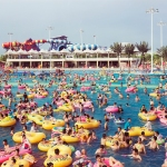 A crowded swimming pool with doznes